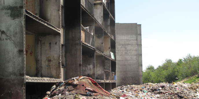 Un immeuble habité du ghetto Rom de Lunik IX, à Kosice, en Slovaquie, où les poubelles s'entassent jusqu'au premier étage.