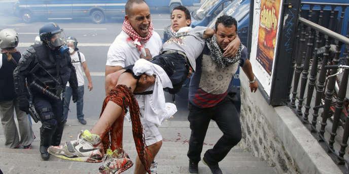 Un manifestant blessé est évacué lors d'une manifestation en soutien à Gaza sur la place de la République à Paris, le 26 juillet.
