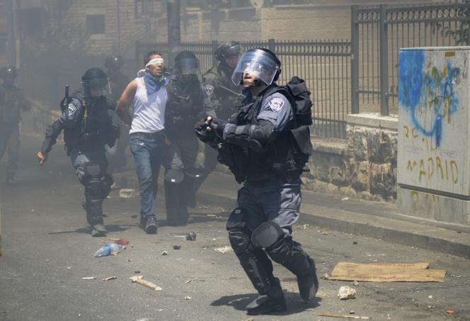 Arrestation d'un Palestinien durant des échauffourées avec la police israélienne à Jérusalem Est le 25 juillet.