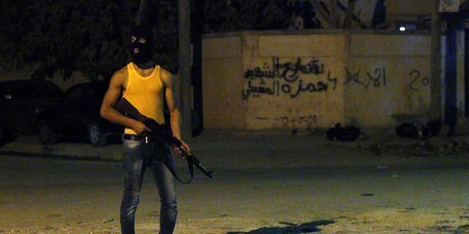 Un milicien masqué dans une rue de Benghazi, le 29 juillet 2014.
