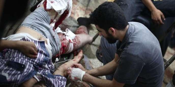 Selon un photographe de l'AFP présent à Douma, le bombardement a atteint plusieurs parties de la ville, dont un marché animé.