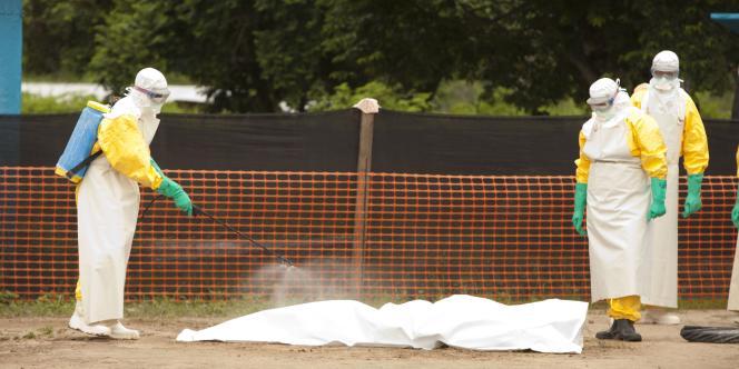 Du personnel médical procède à des désinfections dans le cadre de la lutte contre le virus Ebola, au Liberia.