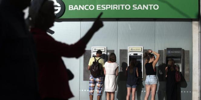 La principale banque du pays est frappée de plein fouet par son exposition à la dette du groupe Espirito Santo, au cœur d'une tourmente financière.