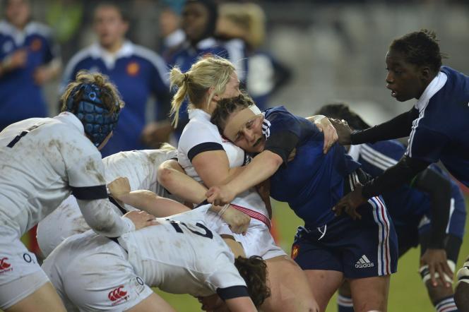 La capitaine française Gaëlle Mignot en pleine action contre les Anglaises, lors du tournoi des Six nations 2014.