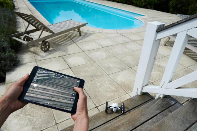 Le Jumping Sumo est pilotable en WiFi depuis une tablette.