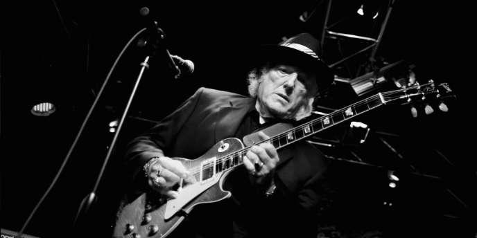 Le guitariste américain Dick Wagner au Callahan's Music Hall à Auburn Hill (Michigan), en mai 2013.