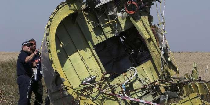 Des experts inspectent une partie du fuselage de l'avion malaisien abattu dans l'est de l'Ukraine.