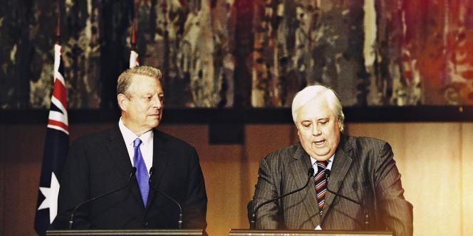 Leader de son parti, le PUP, le magnat Clive Palmer (à dr.) est à même de peser sur la politique  du gouvernement conservateur. Le 25 juin au Parlement, il semblait sur le même longueur d'onde qu'Al Gore (à g.) en matière d'écologie. -