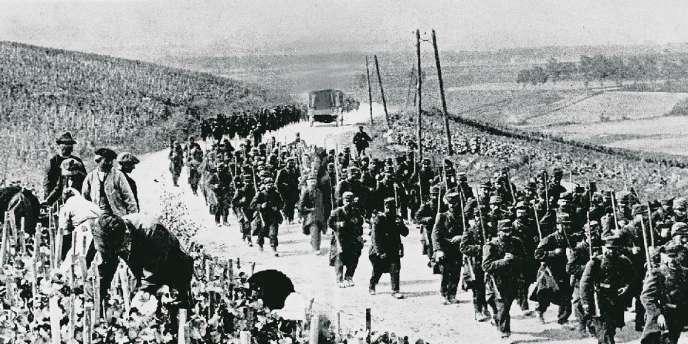 Une colonne de soldats français monte au front, en octobre 1914, en Champagne.