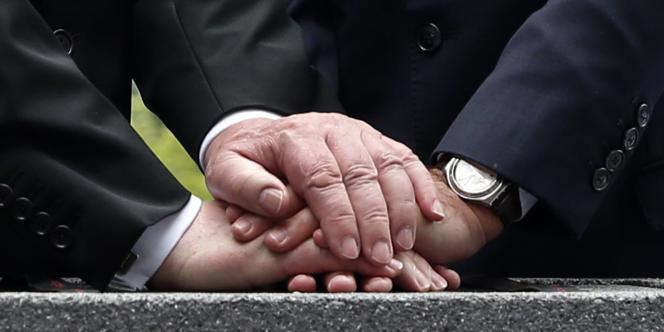 Les mains de François Hollande et de Joachim Glauck lors de la pose de la première pierre de l'historial franco-allemand de la Grande Guerre, le 3 août 2014.