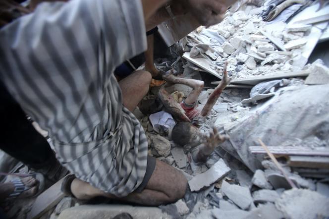 Un enfant appelle à l'aide dans les débris de l'école touchée par une frappe israélienne à Rafah, le 3 août.