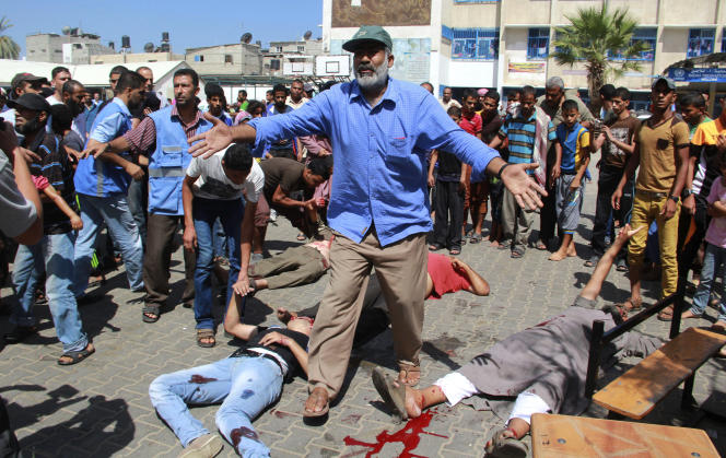 Devant l'école gérée par l'Agence des Nations unies pour les réfugiés palestiniens que l'armée israélienne a bombardée dimanche 3 août, faisant au moins dix morts.