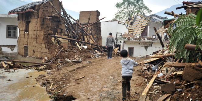 Des habitants observent les dégâts causés par le tremblement de terre dans la province du Yunnan,le 4 août 2014.
