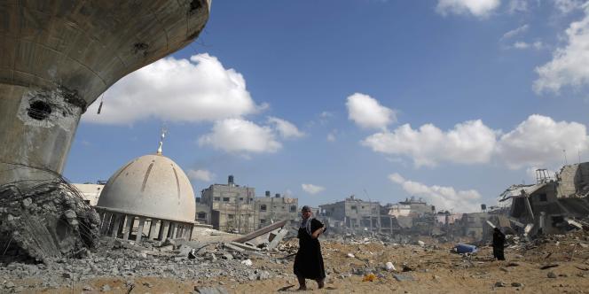 Un Palestinien se tient dans les décombres de Khuzaan, à l'est de Khan Younes, samedi 3 août.