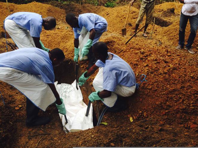 Enterrement d'une victime du virus à Kailahun (Sierra Leone), le 2 août. Pour Rosa Crestani, coordinatrice de l'intervention Ebola pour Médecins sans frontières, interrogée dans un chat sur Le Monde.fr, la surveillance et l'isolement des malades est essentiel.