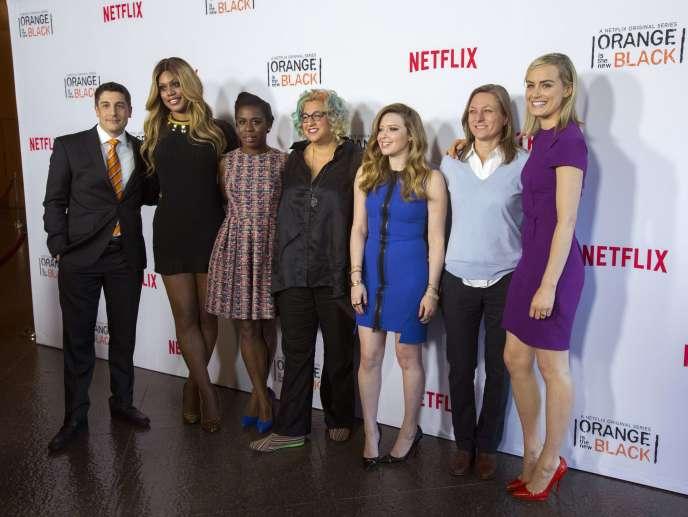 La créatrice de séries Jenji Kohan (au centre) avec la responsable des contenus originaux de Netflix Cindy Holland (deuxième à partir de la droite) et des acteurs de la série