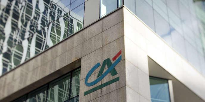 Le résultat net de Crédit agricole SA, la structure cotée du groupe mutualiste, a fondu à 17 millions d'euros au deuxième trimestre 2014, contre 696 millions un an plus tôt.