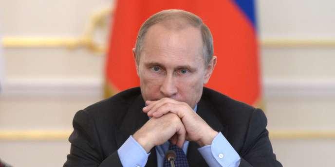 Le président russe Vladimir Poutine dans sa résidence de Novo-Ogariovo près de Moscou le 30 juillet. Nombreux à l'UMP, les souverainistes voient dans l'alliance avec Moscou le moyen de lutter contre « l'impérialisme américain » ou la soumission à Bruxelles.