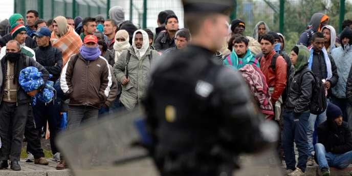 Des migrants attendent leur expulsion d'un camps de Calais, le 28 mai.