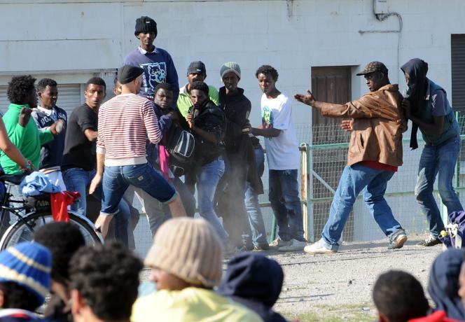 Bagarre entre migrants pendant une distribution de nourriture, le 5 août, à Calais (Pas-de-Calais).