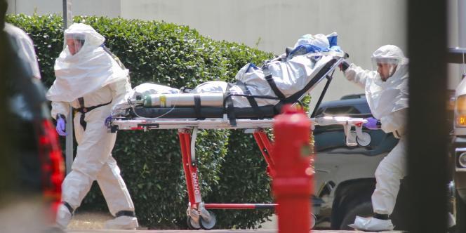 Des médecins accompagnent la missionnaire américaine atteinte par le virus Ebola, le 5 août.