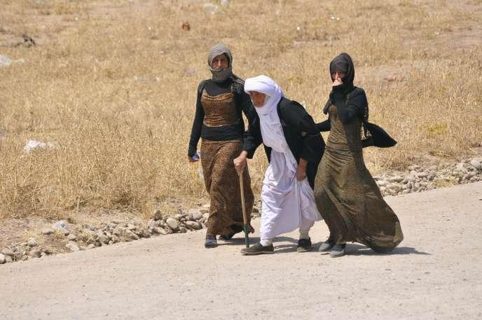 Des yazidis sur la route fuient l'avancée des djihadistes de l'Etat islamique en Irak, le 5 août 2014.