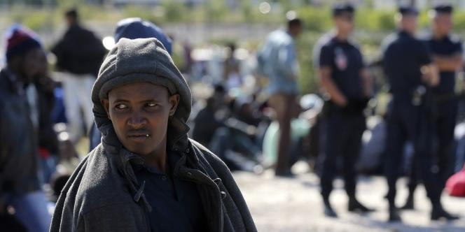Distribution alimentaire sous surveillance policière, à Calais, le 5 août.