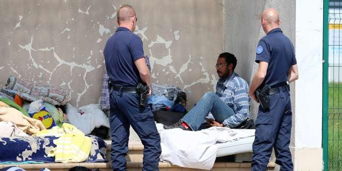 Un migrant dans un campement, le 5 août à Calais.
