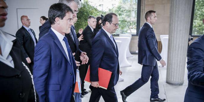 Manuel Valls, Jean-Paul Delevoye et François Hollande lors de la grande Conférence sociale pour l'emploi, à Paris, le 7 juillet.