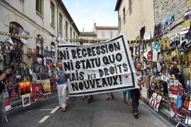 Une manifestation d'intermittents du spectacle lors du Festival d'Avignon, le 19 juillet 2014. Le monde de la culture est menacé par les coupes budgétaires.