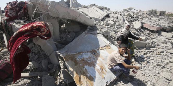 Des Palestiniens dans les décombres de la ville de Khouzaa, dans la bande de Gaza, le 6août.
