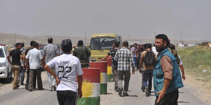 Des habitants de la ville de Sinjar, à l'ouest de Mossoul, fuient le conflit.