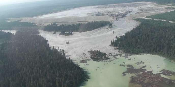 La digue d'un bassin de décantation d'eaux usées a cédé, en déversant 10millions de mètres cubes dans un lac en Colombie-Britannique.