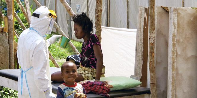 Une femme contaminée par le virus Ebola en Sierra Leone, le 6 août.