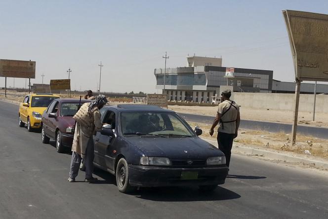 Des habitants quittent leur village, près de Ninive, le 7 août.