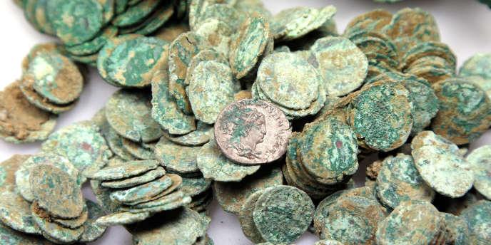 Des pièces anciennes trouvées dans un jardin en région parisienne en 2008.