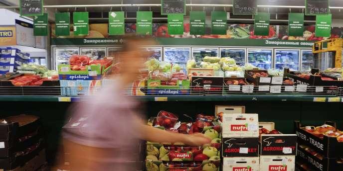 Les mesures de blocages de produits occidentaux inquiètent les producteurs de porc ou de fruits et légumes en France.