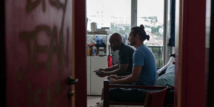 Deux étudiants se retrouvent pour jouer aux jeux vidéo à la cité universitaire Jean-Zay d'Antony (Hauts-de-Seine).