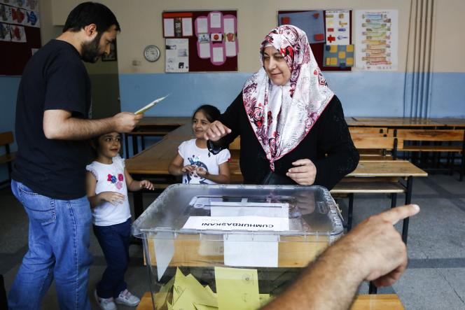 Dans un bureau de vote à Istanbul, le 10août.