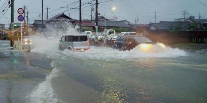 Des voitures dans la ville de Tsu, dans la préfecture de Mie, au Japon, pendant le passage du typhon Halong.