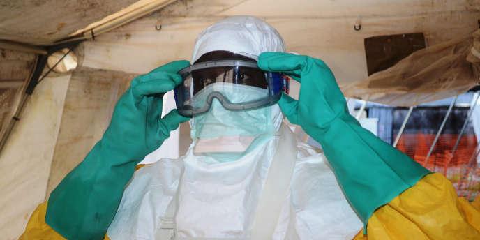 Un membre de Médecins sans frontières à Conakry, en Guinée.