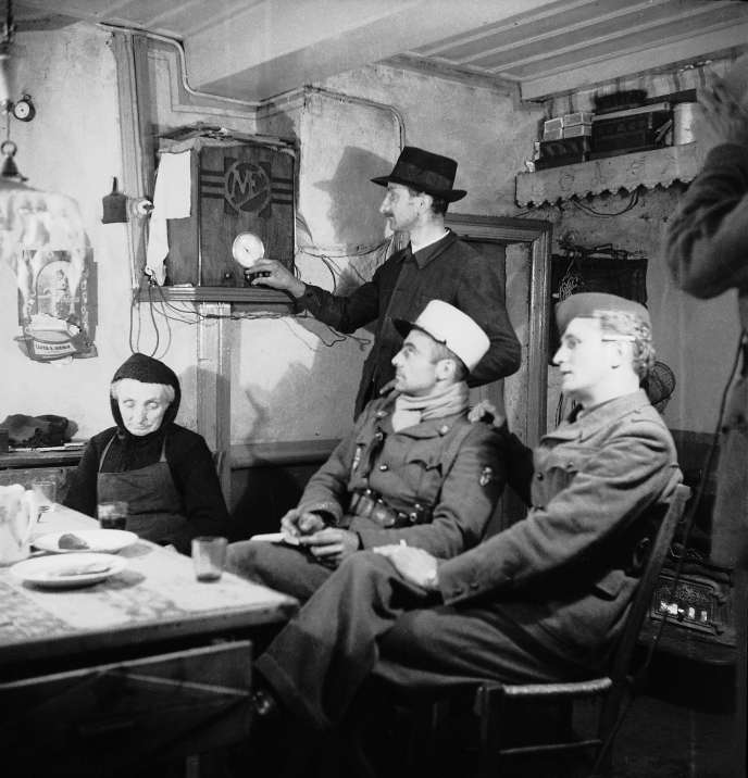 Des résistants de l'Armée secrète française écoutent Radio-Londres, diffusée sur un poste TSF, dans une ferme « amie ».