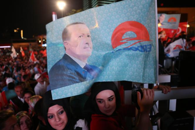 Des partisans de Recep Tayyip Erdogan à Ankara, après sa victoire à la présidentielle le 10 août.