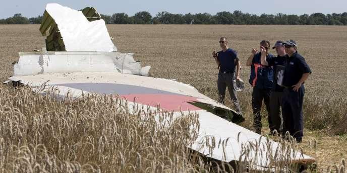 Des experts internationaux sur le lieu du crash du MH17, dans l'est de l'Ukraine.