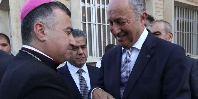 Laurent Fabius et l'archevêque chaldéen d'Erbil Bachar Warda, dimanche 10 août, à Erbil (Irak).