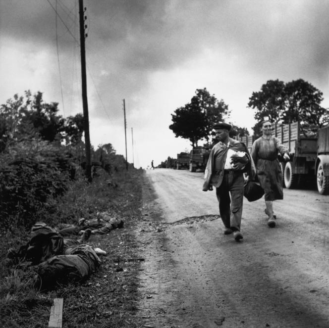 Près de Gavray (Cotentin), le 1er août 1944. Des civils français regardent les cadavres de soldats allemands.