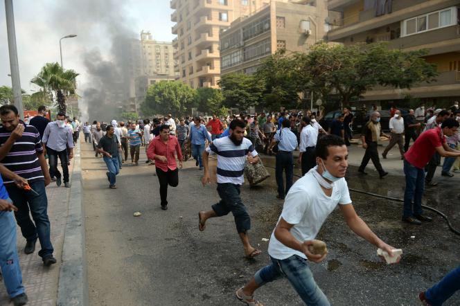 Des partisans de Mohamed Morsi fuient la police, au Caire, le 14août2013.