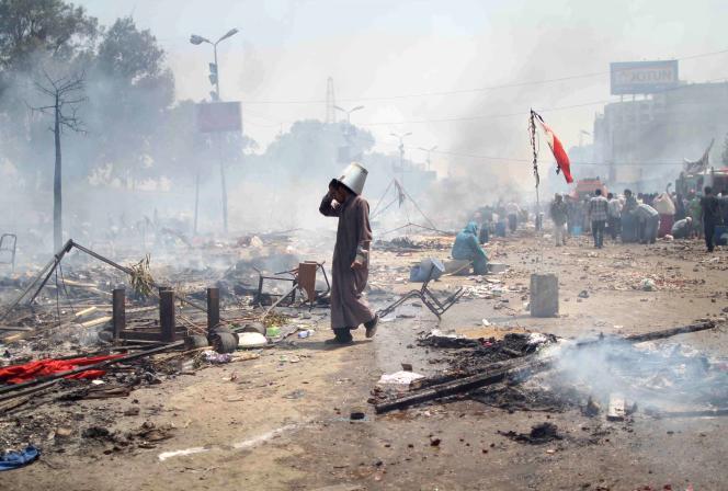 Un partisan de Morsi dans des débris après des affrontements meurtriers au Caire le 14 août 2013.