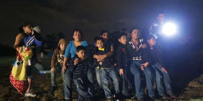 Des migrants originaires du Honduras et du Salvador arrêtés à Granjeno (Texas), près de la frontière mexicaine.