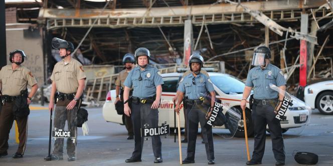 Des policiers dans la ville de Ferguson, dans le Missouri, où des émeutes ont eu lieu après la mort d'un adolescent noir dimanche 9 août .